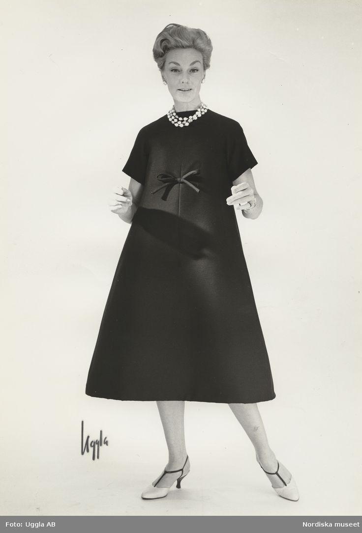Modell i A-linjeformad klänning och halsband. Från Dior. Fotograf: Uggla AB för Nordiska kompaniet, 1958