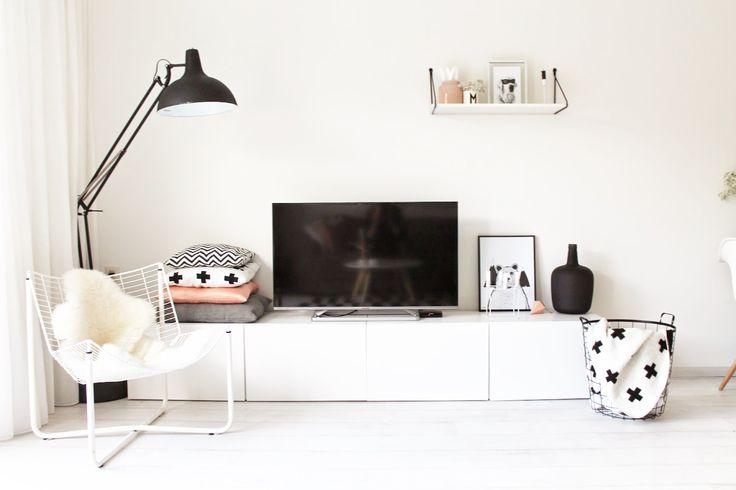 Una lampara de piso moderna, del tipo de escritorio, para tu sala.