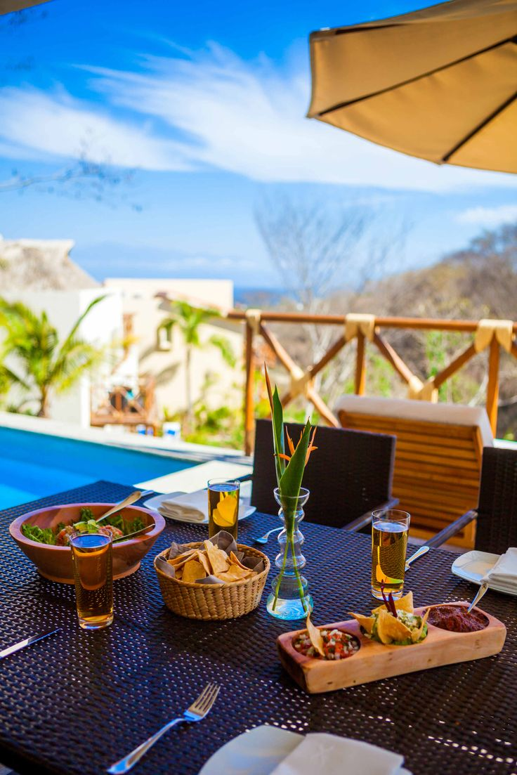Saborea las delicias del mar en el restaurante Raixes, con la hermosa vista del Pacifico mexicano que te ofrece su estratégica ubicación en La Cruz de Huanacaxtle, Riviera Nayarit.