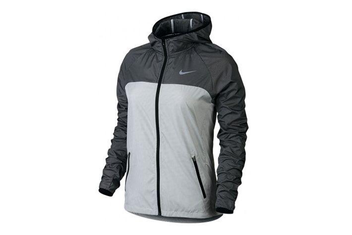 #Nike Racer Woven Jacket -  damska, lekka i cienka kurtka z kapturem, zapinana na całej długości na suwak Materiał kurtki posiada delikatną, białą siateczkową teksturę. Łączy ona w sobie ochronę przed niesprzyjającymi warunkami atmosferycznymi. Sprawdzi się do biegania i innych aktywności na zewnątrz w czasie niesprzyjających warunków pogodowych. #new #damskie #kaptur #jesienzima2015 #kurtka
