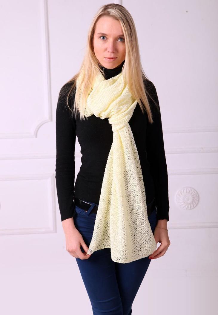 Ажурный вязаный белый шарф хорошо смотрится на черном фоне