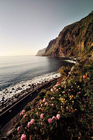 """Was ihr über Madeira schon immer wissen wolltet… Der Inselarchipel Madeira gehört zu Portugal und liegt ca. 1.000 km südwestlich von Lissabon und gut 700 km westlich von Marokko im Atlantik. Neben der atemberaubenden Landschaft vom lieblich mediterranen bis zum schroffen Gebirge bezaubert die Insel auch durch ihr durchgehend milden Klimas, was Madeira gerade im bei uns """"grauen Herbst"""" zu einem perfekten Erholungsort macht. Fewo oder Ferienhaus? www.casadomiradouro.com & www.madeiracasa.com"""