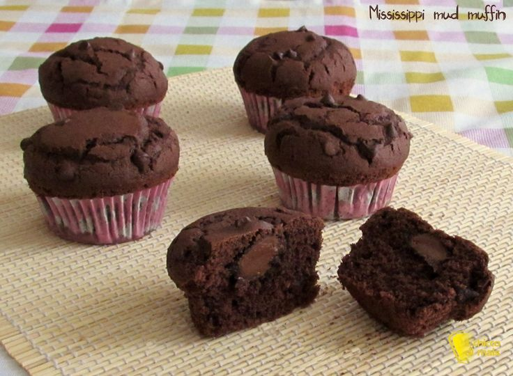 Mississippi mud muffin, ricetta americana. Ricetta dei muffin al cacao con gocce di cioccolato e cuore di cioccolato morbido, come quelli di Starbucks!