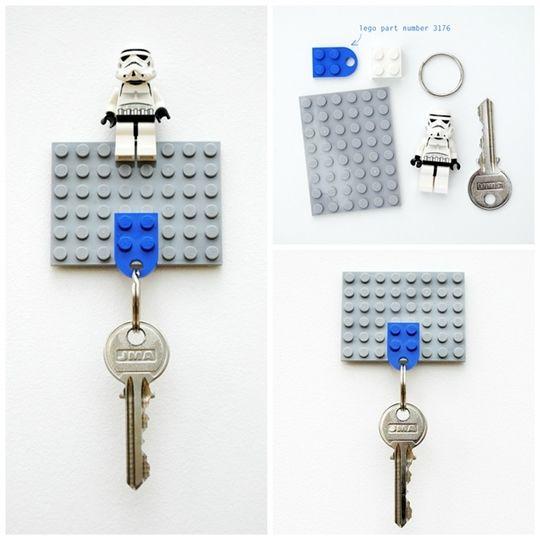 llavero hecho con piezas LEGO azul y gris
