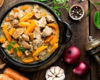 Mijoté de porc aux carottes et aux oignons