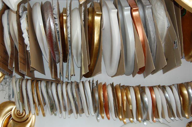 Archivio delle sculture sospese ed agganciate ad un filo di acciaio, come in passato venivano appesi salami e prosciutti.