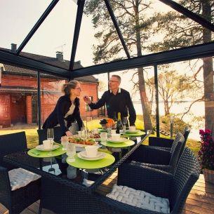 Lasipaviljonki on teräksestä ja turvalasista valmistettu, kaunis ja moderni  piharakennus, jossa voit nauttia auringosta ja luonnosta lähes ympäri vuoden.