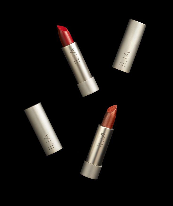 Culoarea naturala a buzelor combinata cu rujul schimba nuanta adevarata a rujului. Rujurile ILIA se aplica in straturi pentru a capta nuanta perfecta si personalizata. Aplicati un strat pentru o culoare naturala, doua sau trei pentru o culoare vibranta, iar pentru a reflecta adevarata culoare a rujului, optati pentru putin fond de ten aplicat pe buze.