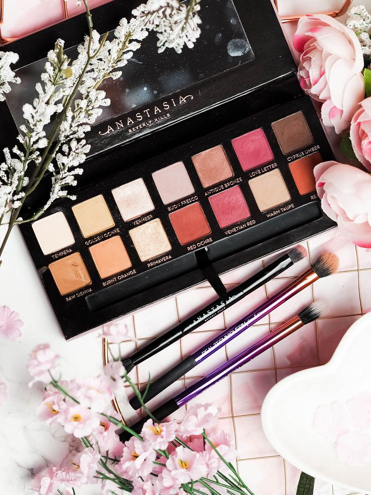 Anastasia Beverly Hills Modern Renaissance eyeshadow palette review and swatches. Pink toned eyeshadow palette. The Violet Blonde - beauty and lifestyle blogger