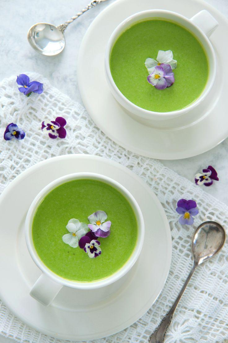 Crème Ninon – grønn og fristende ertesuppe Crème Ninon er den perfekte ertesuppe til festlige lag. Søte, grønne erter og champagne smaker utrolig godt sammen, og suppen er enkel å lage.  Prøv den i helga eller som forrett på 17. mai! http://www.gastrogal.no/creme-ninon-gronn-ertesuppe/