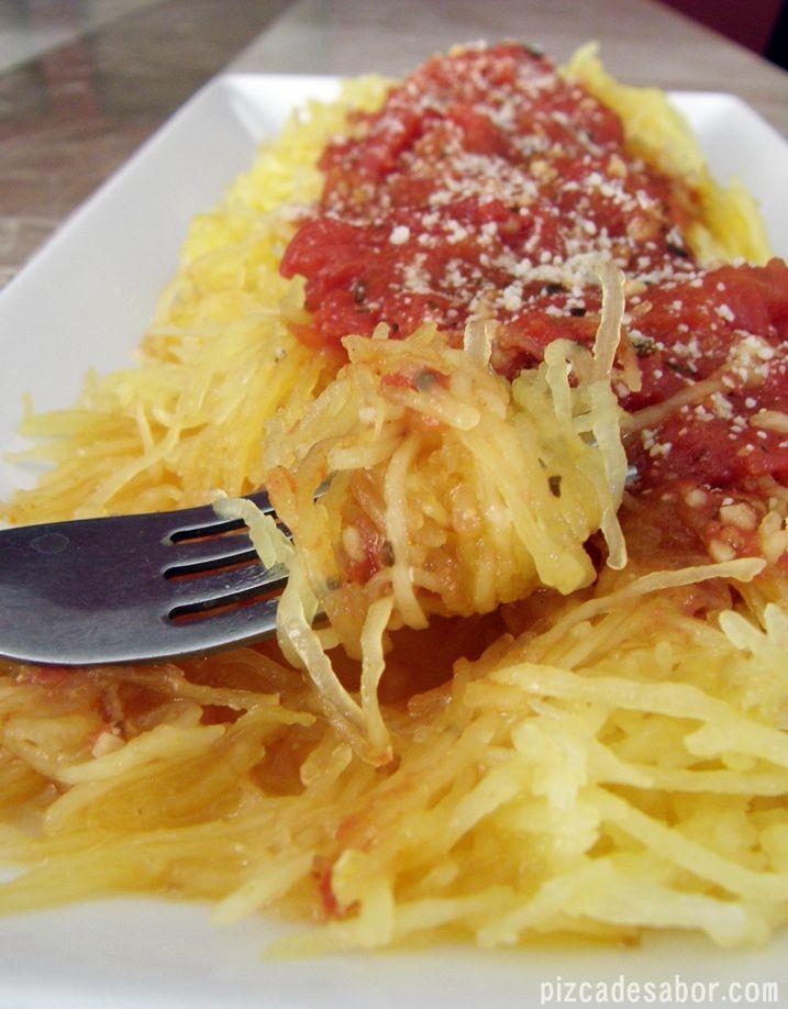 Una pasta saludable que se hace con tiras de calabaza espagueti horneada. Si sirve con una salsa marinara pero puedes hacer una versión boloñensa con una salsa de carne.