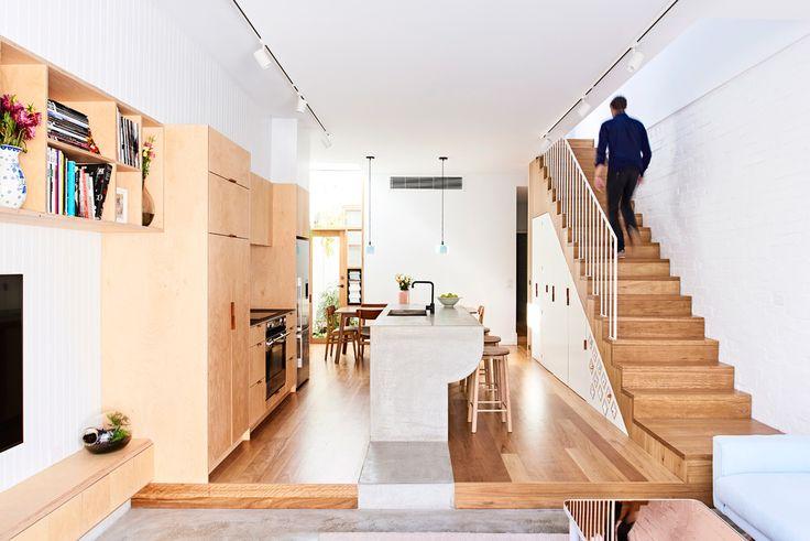 Жилое пространство отделяет задний двор от кухни и столовой. .