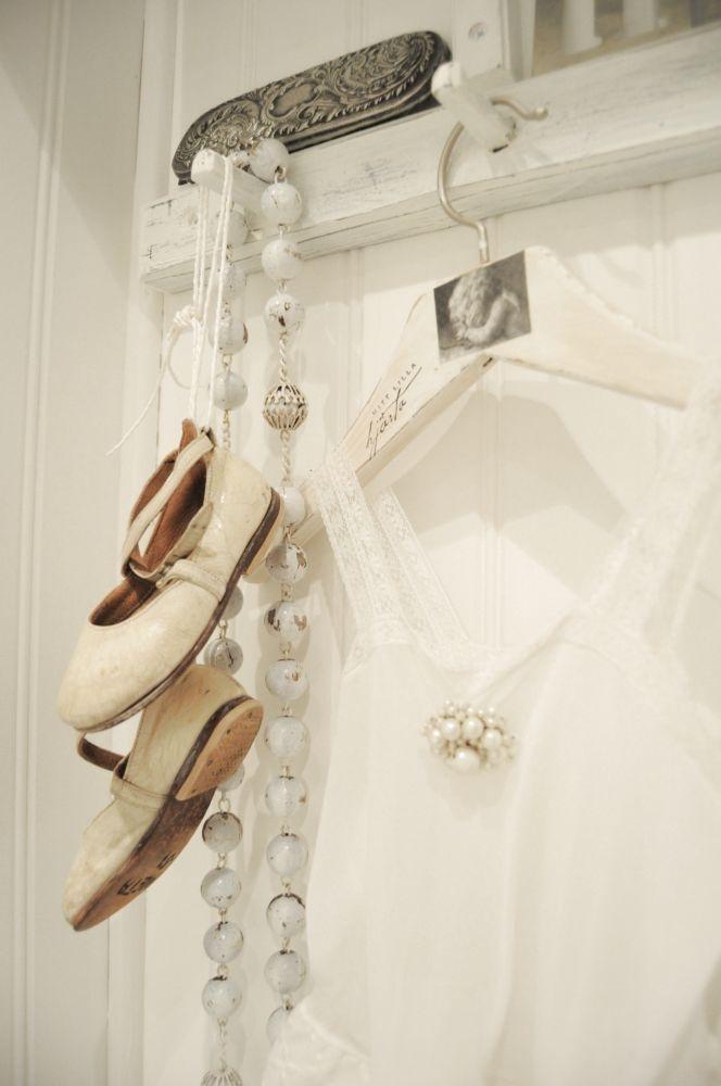 .: Hanging Art, Decor Ideas, Wonder White, Rustic Bathroom, White Bathroom, Vintage Thingspeopleand, Foyers Hooks, White Interiors, Beautiful Vintage