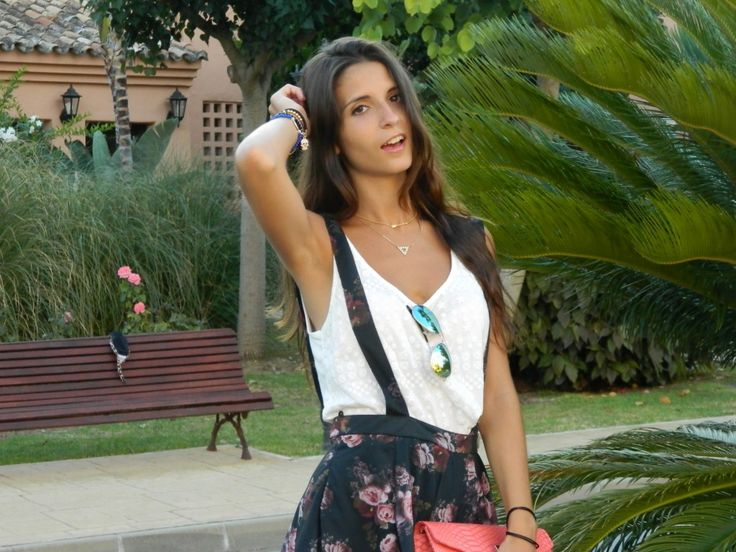 http://stylelovely.com/martasshowcase/2013/08/12/peto-de-flores/ #martasshowcase #peto #floral #print #skirt #zara #topcrop #top #crop #rayban #sunglasses #summer #clutch #coral #hair #sandals