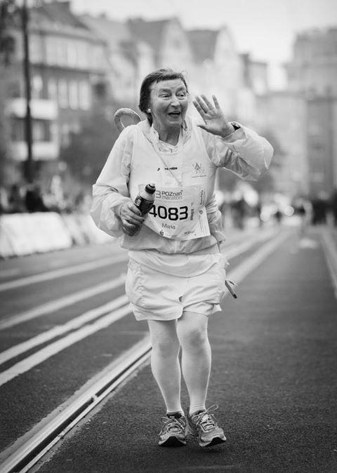 Maria Pańczak, emerytowana lekarka z Poznania to najstarsza uczestniczka 14.Poznań Maraton. Pani Maria ma 74 lata i 45 maratonów na koncie, biega od 12 lat. Znaki rozpoznawcze to biały strój i niebieski parasol na plecach [fot.Michał Wrombel].