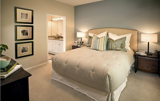 nice simple decor for small bedroom