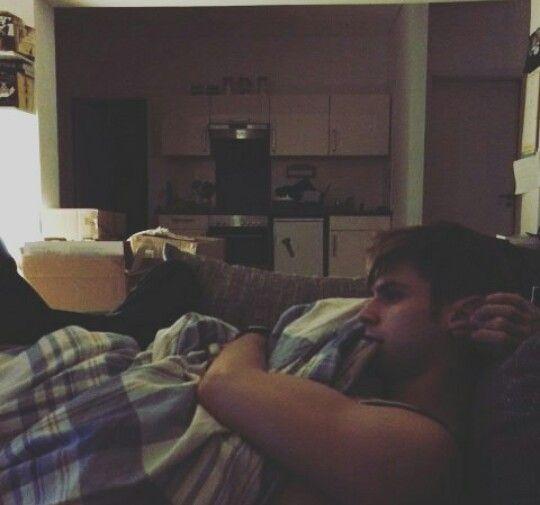 Kostas Kind schaut eimen Film und sabert Decken voll