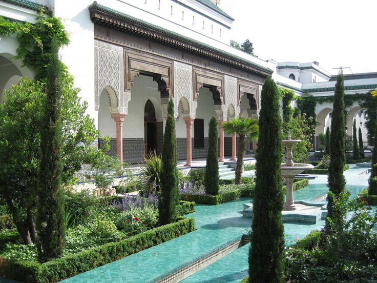 Jardins de la Grande Mosquee de Paris, à découvrir lors de votre séjour dans l'un de nos hôtels By HappyCulture : https://www.happyculture.com/