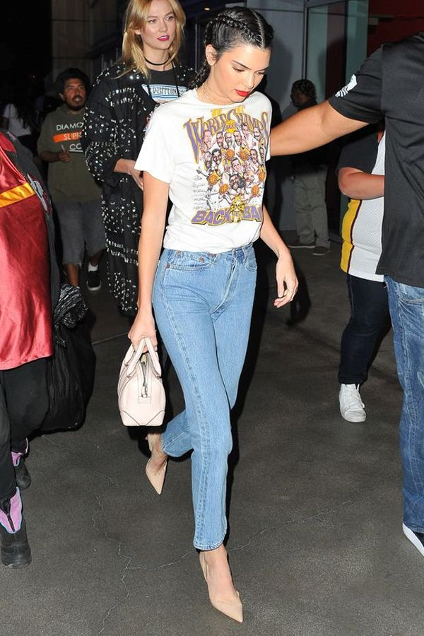 calça jeans reta com scarpin