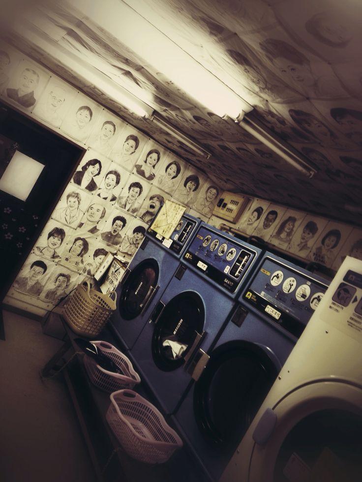 家の裏のコインランドリー。 店の壁一面に店主の描いた似顔絵が。