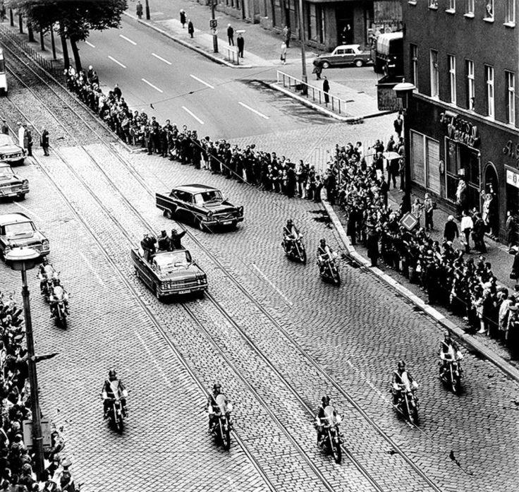 Berlin | DDR. Seltener Glanz auf Ost-Berlins Straßen: Der kubanische Politiker Fidel Castro ist auf Staatsbesuch. Er will sich anschauen, wie der deutsche Sozialismus funktioniert, 1972
