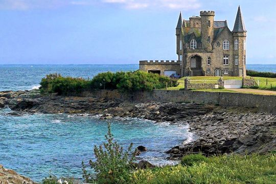 Ses sites naturels ou insolites, ses châteaux, ses plages... Tous les lieux que vous devez absolument visiter lors de votre séjour en Bretagne.