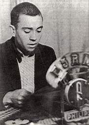 Miguel Hernández recitando en la radio durante la guerra civil. Cortesía de Jesucristo Riquelme. Fundación Cultural Miguel Hernández #MiguelHernandez