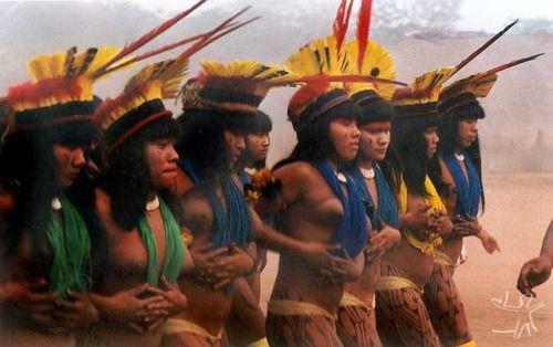 Povos nativos do Brasil. Mulheres índias participam de dança ritual, com paramentação especial.