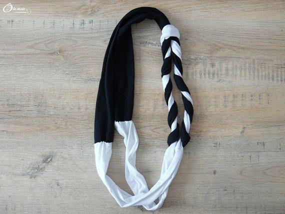 La Collection TSY-TSY est un ensemble daccessoires ou dobjets de décoration créés à partir de T-shirt recyclés et détournés. Une collection éclectique dans le but de consommer différemment.  N&B est un tour de cou bicolore noir et blanc et bi-matière réalisé à partir dun t-shirt et dun polo recyclés et entrelacés pour un effet sobre et chic.