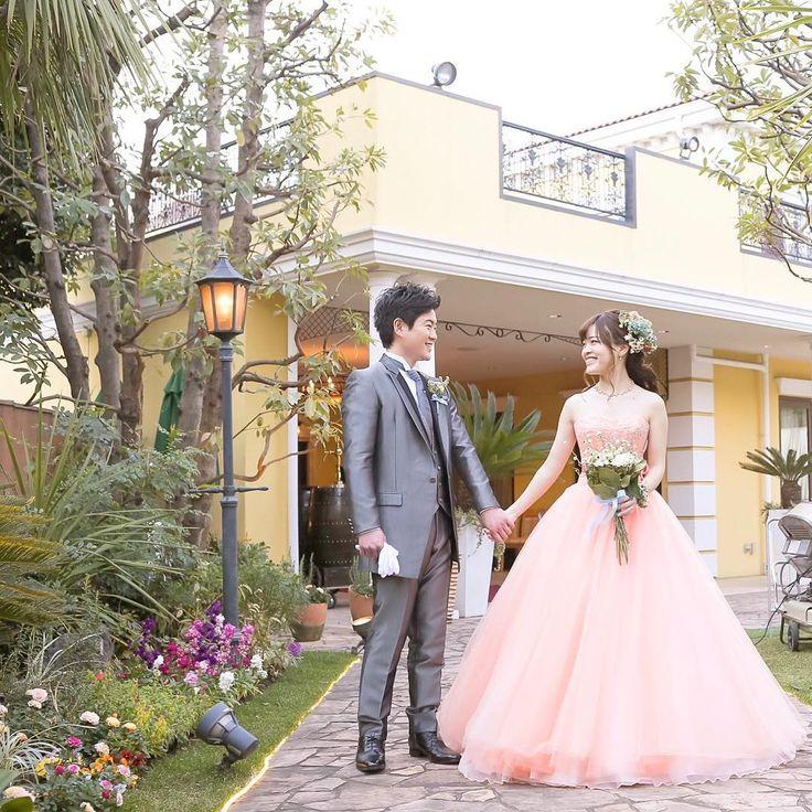 . 再入場でご新婦さまが選んだのはピンクが綺麗なドレス�� イタリア館のイエローとグリーンに映えて素敵です��✨✨ . Thank you 2,293 followers✼ . #再入場 #お色直し #イタリア館 #シーン #カラードレス #ナチュラルウェディング #ガーデンウェディング  #邸宅ウエディング  #結婚式レポ #春婚 #2017春婚  #アニヴェルセル東京ベイ #どこで撮っても絵になる #日本中のアニ嫁さんと繋がりたい  #プロポーズされたみんなに教えたい  #アニ嫁 #アニヴェルセル #アニスタグラム  #ウエディング #プレ花嫁 #ブライダルフェア  #ウェディングニュース #wedding #marryxoxo  #springwedding #bigday  #colordress #weddinggown http://gelinshop.com/ipost/1515875665890919956/?code=BUJeOL9FkYU