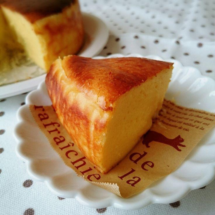 簡単♪混ぜて焼くだけのパイナップル入りベイクドチーズケーキ ♡  【材料】...Φ18cm ●クリームチーズ...200g (常温で置いておく) ●砂糖...60g ●卵...M2個 (溶いておく) ●生クリーム...200cc ●薄力粉...大さじ3 ●レモン汁...大さじ2 ●パイナップル缶...輪切り 5個  【作り方】 ①パイナップルは缶から取りだし、キッチンペーパーで水気を切っておき、1個8等分位に切る。  ②上記の材料を上から順に加え、その都度よく混ぜる。  ③型にオーブンペーパーをセットし、②の生地を流し入れ、数センチ高い所から落とし、空気を抜く。  ④180度予熱したオーブンで40分焼き成し、焼き上がったら、数センチ高い所から落とし、粗熱が取れたら、型から外し、冷蔵庫で冷して出来上がり。