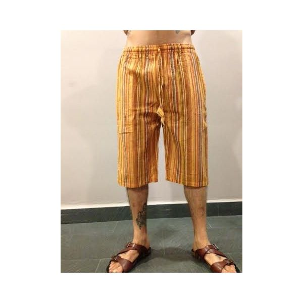 Pantalón hippie a rayas de hombre o unisex hecho en Nepal, 100% alogodón, con bolsillos.Cintura elástica y cordón de ajuste. Pantalón hippie a rayas pirata en tonos naranjas. Talla M.