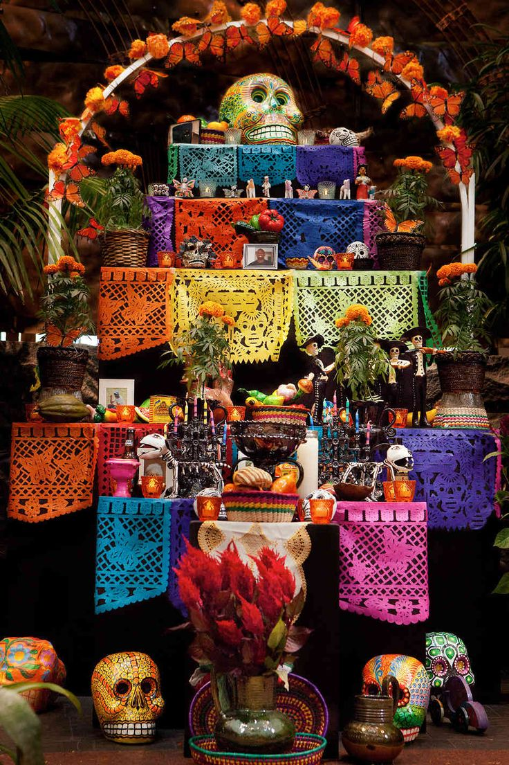 Day of the Dead altars are used to welcome the ancestors' spirits into the home. Building a Dia de los Muertos altar is an important part of this holiday. Day Of The Dead Diy, Day Of The Dead Party, Mexico Day Of The Dead, Fete Halloween, Halloween Decorations, Vintage Halloween, Halloween Makeup, Vintage Witch, Halloween Costumes