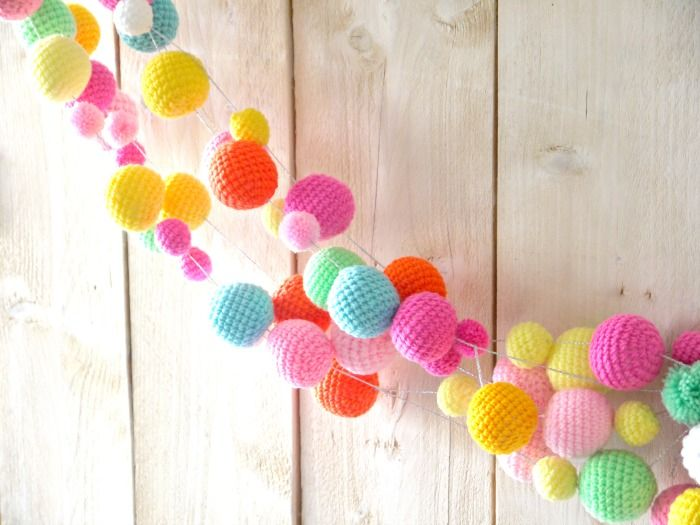 crochet balls garlande: www.2cute2betrue.nl