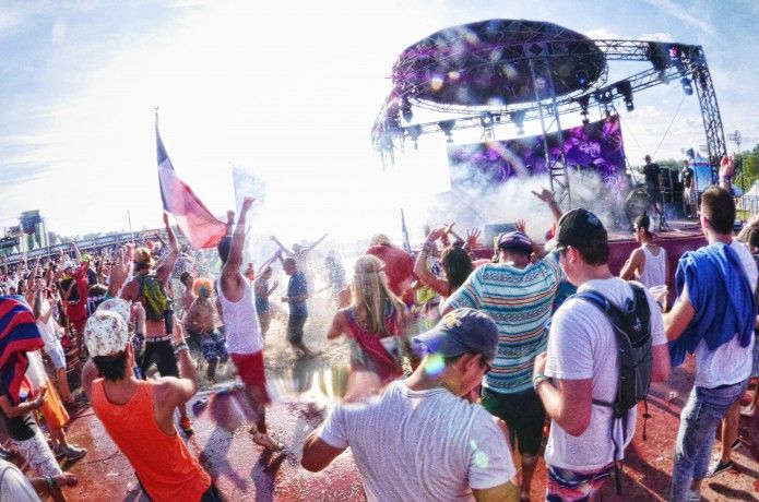 <p>フェス特集!2015年も最高に盛り上がるフェスが全国各地で開催されます。大型野外フェスから、春フェス、夏フェスまで、大人気フェスを一挙公開!家族や友人と最高にアツい1年を過ごしませんか?</p>