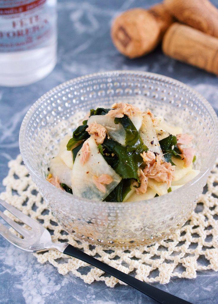 抱えて食べたいやみつき副菜♪『大根とわかめのツナポン和え』 by Yuu / 大根とわかめを使ったさっぱりヘルシー副菜♪大根を塩もみしたらあとは、ツナ缶・ポン酢・めんつゆ・ごま油で和えるだけなのでとーっても簡単! 普段不足しがちな海藻類もモリモリ食べれる一品です。忘年会やクリスマスのヘビーな食事で胃腸がお疲れの方はぜひ〜♪  ★フォローやクリップ、そしてメダル送付ありがとうございます♪励みになっております( ´艸`) / Nadia
