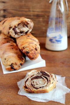 Abbinamento classico amato da grandi e piccoli: pane e cioccolato. Reinterpretazione di una ricetta di Leila Lindholm, la morbidezza della pasta da pane incontra il cioccolato in un abbraccio di gusto irresistibile. Ecco i miei filoncini al cioccolato.