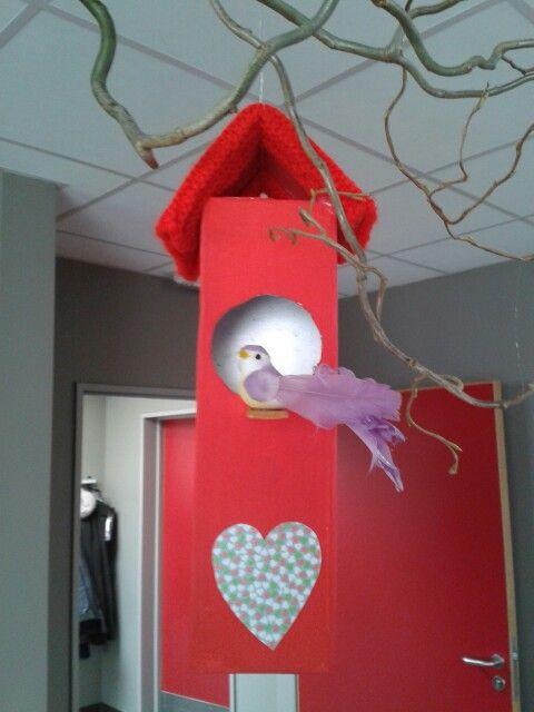 Vogelhuisje gemaakt van drankkarton appelsap