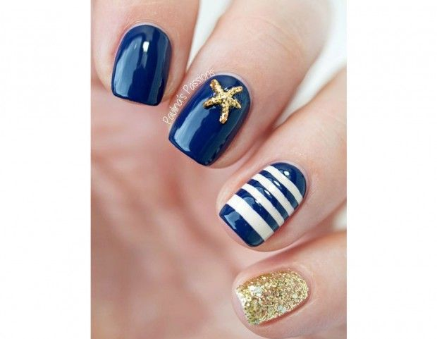 Una decorazione diversa su ogni unghia, con smalto bianco e blu, glitter dorati e piccola applicazione. (Photo credit: Pinterest @Paulina's Passion)