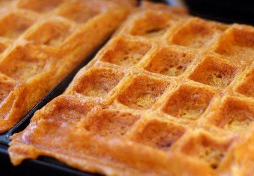 Ingredienti waffel: 2 uova; 2 tazze di farina; 3/4 tazze di latte; 1/2 tazza di olio vegetale; 1 cucchiaino di zucchero bianco; 4 cucchiaini di lievito in polvere; 1/4 di cucchiaino di sale; 1/2 estratto di cucchiaino di vaniglia.Preparazione waffel: Preriscaldare la macchina per le cialde. Sbattere le uova in una ciotola di grandi dimensioni,…