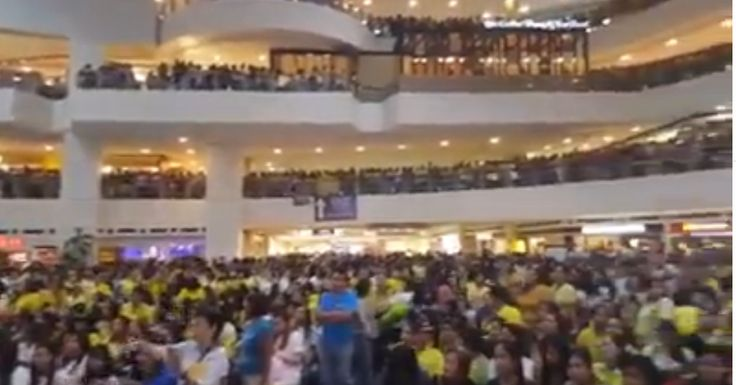 """BREAKING NEWS : Maine Mendoza's Book Launch JAMPACKED! Creates First Time Mall History!  Nicomaine Dei Capili Mendoza popularly known as Maine Mendoza is a Filipina actress singer-songwriter and television and internet personality. She is best known for her viral Dubsmash videos and her role as Yaya Dub in the noontime variety show Eat Bulaga!'s """"Kalyeserye"""" segment airing on GMA Network and worldwide via GMA Pinoy TV. In December 2015 Mendoza got a star at the Philippine Walk of Fame at…"""