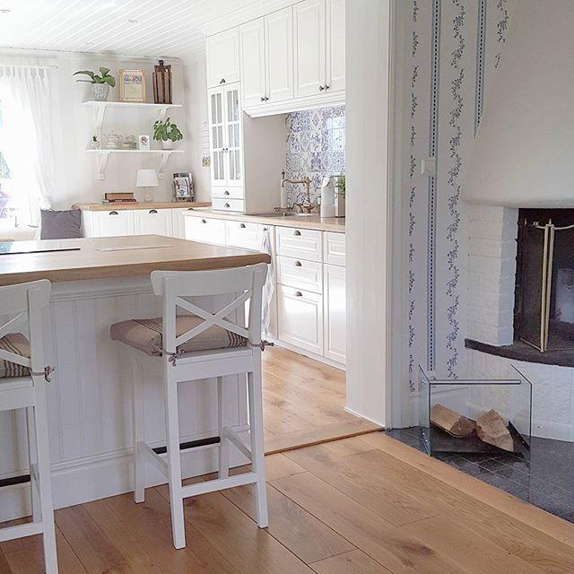 Njuter av solen och värmen så länge den varar.  Nåja, så mycket till värme är det kanske inte nå mer. Så jag börjar snegla lite lätt på öppna spisen i hörnet 😊  #åsenskvarn #husetvidån #home #kök #köket #kitchen #kitchenlove #lantligt #lantligthem #lanthem #tapwell #mässing #guld #gyllene #gold #vardagsrum #renoveringsdamm #renovering #inspo #woodenfloor #ekgolv #massivek #trägolv #wood