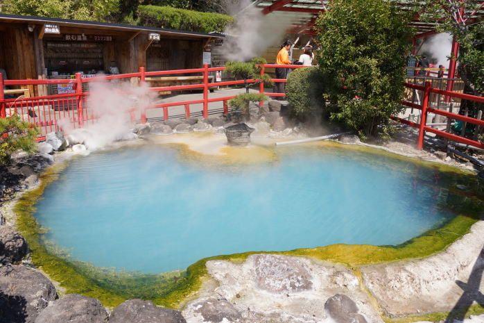 コバルトブルーのお湯が美しい、別府地獄めぐりの1つ「かまど地獄」の画像