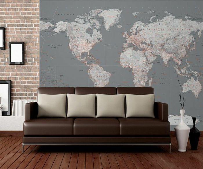 Weltkarte Wand Wohnzimmer Wandtapete Braunes Sofa Dielenboden Weiße  Dekokissen