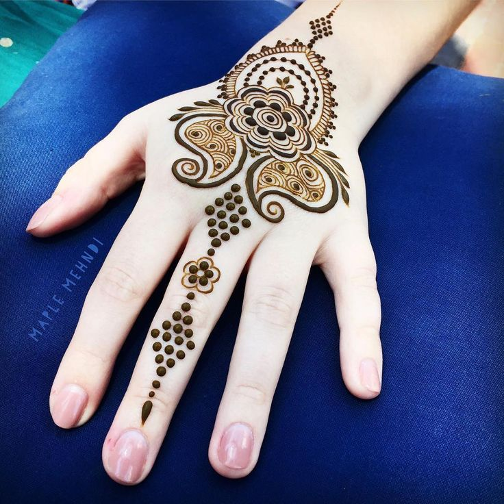 The weather's supposed to take a turn for the worse this evening, make sure to come by @citrinemv on the early side for henna today...if it starts raining I'll have to pack up early. See you there at noon! #marthasvineyard #hennaart #adornment #summerhenna #june #design #detail #dots #maplemehndi #vineyardhaven #mvy #hennastyle #mehndi