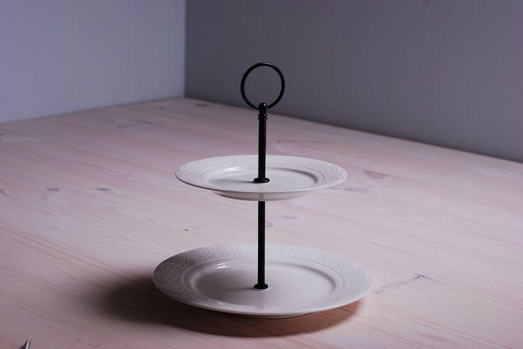 Dwupoziomowa patera ceramiczna, delikatnie zdobiona. Eleganckie naczynie na domowe wypieki to piękna dekoracja każdego stołu. Dzięki niej przygotowane ciasta i torty zostaną podane w apetyczny sposób. Idealny prezent dla miłośniczki pieczenia.