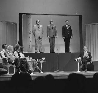 Wie van de Drie? met presentator Herman Emmink en panelleden als o.a. Martine Bijl, Albert Mol, Sonja Barend en Kees Brusse.