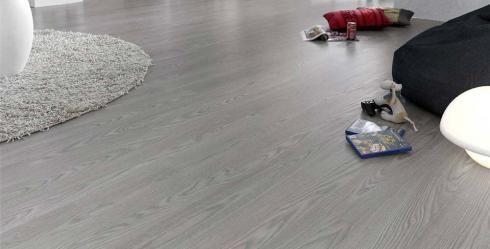 Suelo de laminado imitando a tabla de madera teñida en color gris