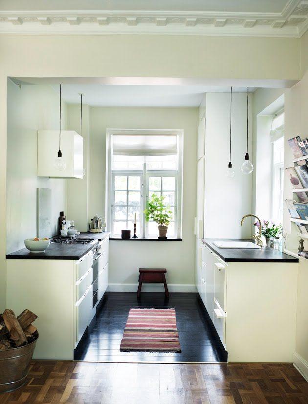 cocina: Clean, Small Kitchens, Kitchens Ideas, Black Kitchens, Little Kitchens, Galley Kitchens, Small Spaces, White Cabinets, White Kitchens