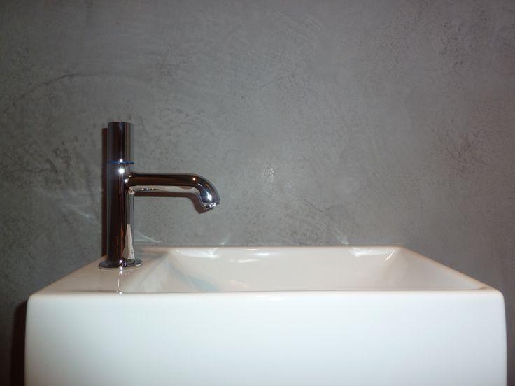 Spirito Libero. Deze betonlook stucco is hier afgewerkt met wax, een mooie naadloze toepassing in een toiletruimte.